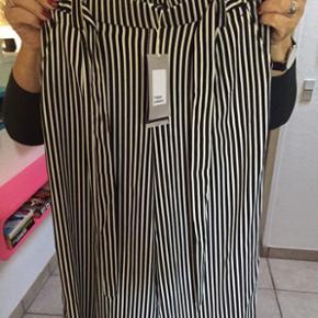Sælger de her 2 3 lækre bukser fra Zara, bukserne er aldrig brugt og har stadig tags Skriv gerne hvis du vil have flere billeder -kvittering haves -BYD