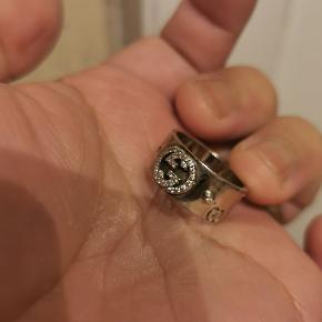 Gucci 14karat hvidguld ring med diamanter. Der mangler en diamant .se detaljerne.den er i str 14.