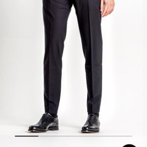 Splinter nye SNT bukser af modellen Pico. Bukserne er købt og kun brugt 2 gange, men synes ikke modellen sidder godt på mig.   Det er en størrelse 30/32, hvilket nok er svarende til en jakkesæts størrelse 46