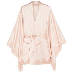 Overvejer at sælge denne super smukke Abbey kimono fra Agent Provocateur hvis det rette bud kommer.  Nyrenset og i flot stand 🌸   Str. S/M
