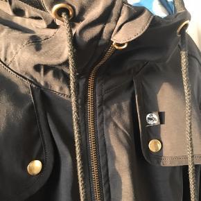 Super lækker jakke fra Danefæ. Jakken er åndbar, vind og vandtæt (5.000mm) og har thermolite foer som har et fint print.