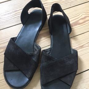 Sorte sandaler fra h&m i str. 40. Brugt 2-3 gange, men har fået en skramme bagerst på den ene side. Sælges derfor billigt.  ☀️☀️☀️☀️☀️☀️☀️☀️☀️☀️☀️☀️☀️☀️ Se gerne mine andre annoncer. Jeg giver mængderabat ved køb af flere varer