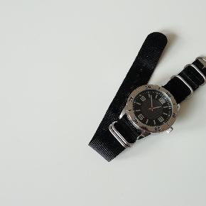Tysk krontaler ur på 22mm sort zulu. Nyt og ubrugt.  Uret måler 46mm  Pris 79,- (99,- inkl. Porto).