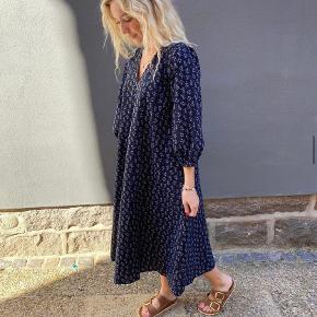 Den meget populære Neo Noir Tasia kjole i mørkeblå.  Brugt 2 gange.