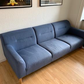 Skøn blå 3-personers sofa fra Ilva (navn: Kiruna), købt i sommeren 2017. Brugt i 1,5 år. Brugt, men i pæn stand og fra et røg- og dyrefrit hjem. Måler L: 227, H: 78, D: 90 cm.