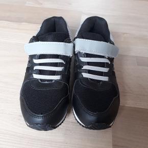 Helt nye sneakers uden prismærke. De er kun prøvet på en gang, men ikke brugt. Nypris 179 kr, sælges for 100 kr.