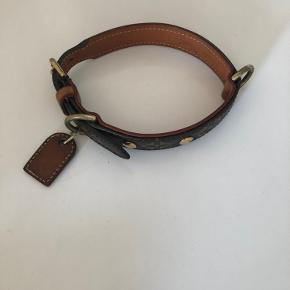 Louis Vuitton hundehalsbånd, kun brugt få gange. Sendes med gls 39.-kr