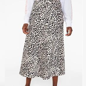 Fin satin nederdel i leopard mønster. Den er udsolgt på Monki's hjemmeside.