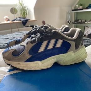 Hey! Sælger disse Adidas yung-1 sneakers🌛 i en str 36 2/3.  Og tror altså de både er til piger og drenge. Jeg gav selv 1000kr for dem:)   De er meget lidt brugt, og de vaskes self inden de bliver sendt, og man kan sagtens få kasse med:).  Skriv!