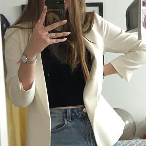 Sælger min hvide blazer fra H&M, da jeg ikke får den brugt. Byg gerne😄. Kan mødes på frb og Vanløsd