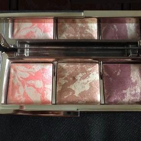 Brand: Hourglass, La Prairie Varetype: Blush, Highlight, Foundation Størrelse: Alm Farve: Alm  Billede 1-2: Hourglass Ambient Strobe Lighting Blush Palette (Incandescent Electra, Brilliant Nude, Euphoric Fusion) - LIMITED EDITION - Brilliant Nude har et hak, men sådan var den, da jeg købte den i Spacenk Billede 3-4: Hourglass Ambient Strobe Lighting Powder Iridescent Strobe Light Billede 5-6: La Prairie Cellular Foundation Powder Ivoire  ALDRIG BRUGT - STADIG I ÆSKE - BYTTER IKKE  Generelt: Hvis I ønsker mine ting sendt som forsikret pakke og/eller i boblekuvert/æske, så oplys venligst dette, så det kan lægges oveni prisen.