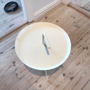 Hay Don't Leave Me sengebord. Bordet er lavet af pulverlakeret stål.   Bordet måler: Ø: 38 cm H: 44/56 cm.   Np: 1099kr