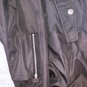 God overgangsjakke med lækker detalje i ærmet.  Lommer med knappelukninger.