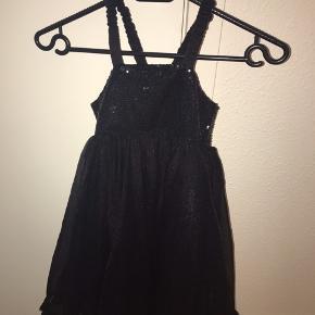 Fin fin pomp kjole i sort