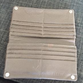 Pungen har plads til masser af kort.  Den mangler en lille dems til at åbne den lille lomme , men kan sagtens åbnes og lukkes uden den