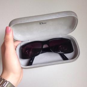 Christian Dior solbriller i sort med CD logo på stængerne. Nyprisen var 2500 kroner. Solbrillerne er brugt få gange og standen er som ny. Afhentning i  Aalborg eller kan sendes