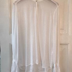 Smuk transparent bluse med perlemorsknap og vidde ærmer. Kun brugt få gange. Næsten som ny.  Materiale bomuld.  Vaskemærke klippet af FAST pris Kun salg via TS Ingen yderligere fotos Ingen mål 😊