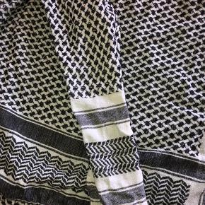 Fint sæt fra Cecilie Copenhagen sælges. Blusen er mest brugt så der er en lille bitte farveforskel fra shorts. Men det ses nærmest ikke. Sættet er onesize. Bytter ikke