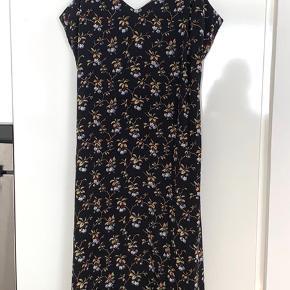 Smuk stropkjole i silke fra Heartmade. Str.36. Brugt få gange.  Jeg bytter ikke. Køber betaler Porto.