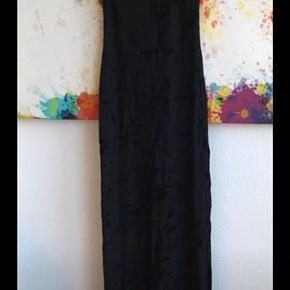 Lang flot kjole med en masse stræk i materiale så den sidder flot 🤗str siger S/M passer nok bedst en S