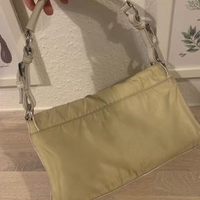 Vintage Prada taske. Kunne godt trænge til en rens. Ellers perfekt stand indeni