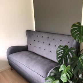 Super fin grå sofa, i meget god stand. Meget behagelig og blød. Sofaen er ikke af noget mærke. Sofaen har ikke nogen pletter eller andre skader.