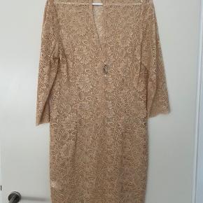 Vanvittig smuk blondekjole til brug over underkjole. Købt til et bryllup men fik den ikke brugt. Der står XL i, men deres størrelser er meget små - jeg bruger m! Længde fra skulder: 96 cm. Bryst: 100 cm