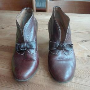 Super søde sko i læder. Hæl på 7 cm. Er blevet brugt, men kan stadig bruges længe endnu:) Nypris 900. Køb tre varer til 80 el derunder og få den billigste gratis.