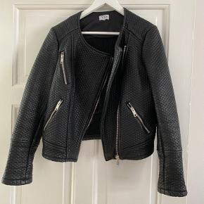 Super fed jakke fra VRS der aldrig har været brugt