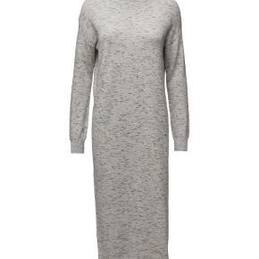 Varetype: Maxi Farve: Grå  Lækker Wiwi strik kjole. Vasket x1