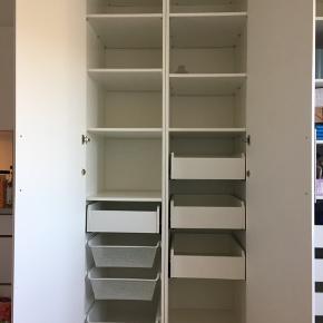 IKEA Pax skab 100x235x60 cm bestående af to 50 cm brede skabe. Fine højglans døre.  (Skabet til venstre. Sælger også skabet til højre som er 150x235x60, med skydedøre. 500,-)  Medfølgende skabsindretning:  - 8 hylder - 4 skuffer - 3 netskuffer - 1 bøjlestang  Skabet er i fin stand.  Vi kan enten hjælpes at med at skille det ad eller vi kan gøre det på forhånd efter aftale og mod forudbetaling af en del af beløbet.
