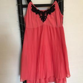 Smukkest kjole i koral farve. En kjole det vil ses. Smuk og sndetledes