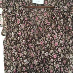 Så fin kjole med de fineste blomster i pink/lyserød på. Kun brugt en gang og aldrig vasket.  Venligst se mine andre annoncer