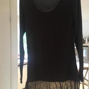 Dejlig blød bluse med blondekant forneden 95% viscose 5% elastani  Bluse Farve: Mørk Grå,Grå