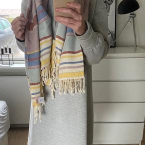 Super skønne tørklæder fra Bechsøndergaard. Kan bruges som sarong eller som lille hyggetæppe i stol. Ikke brug -  Nypris 599 stk Sælges for 250 kr pr stk Eller begge to for 400kr