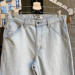 Sælger de her mega fede Uniqlo jeans. Kun prøvet på, sælger da de er for store til mig. Svarer til ca 32-33 i livet og 31-32 i længden vil jeg skyde på. Nypris 300kr Tag dem til kun 100  Skriv hvis du har nogen spørgsmål eller bud. Husk at checke mine andre annoncer for andre fede ting, rabat forekommer ved køb af flere ting:)
