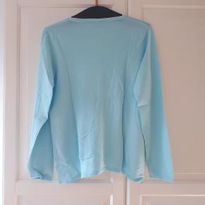 Bluse i str. M.  Måler ca. 62 cm fra skulder og ned. Og måler ca. 51 cm fra ærmegab til ærmegab.  Hentes i Roskilde eller sender med DAO mod betaling af fragt.
