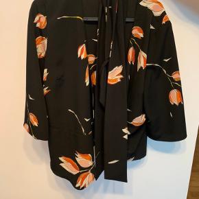 Flot slå op bluse fra Zara, som man binder ude i siden, kommer fra et røgfrit og dyrefrit hjem.