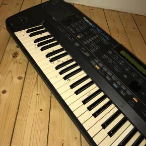 Roland E-70 keyboard. Det er ikke så pænt men det virker - det der er skrevet på det kan fåes af med sprit og højtalerne kan også vaskes. BYD gerne 😊 🛍 KIG ENDELIG MINE ANDRE TING - GIVER GERNE MÆNGDERABAT 🛍