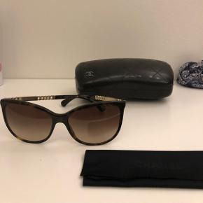 Smukkeste solbriller fra Chanel sælges. Np.3600kr mp.1600kr. Etui medfølger.  Kan hentes/prøves i Valby eller sendes på købers regning 😊