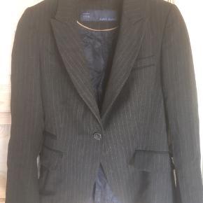 Mærke: Zara Basic  Farve:sort med en lys stribe. Farven er mere mørk i virkeligheden Størrelse: S.  Jakken::Blødt stof. Er flot snit Stand: jakke og kun brugt få gange. Er derfor som ny  Sælges 75 kr.