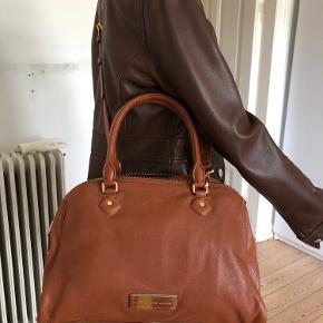 Sælger den her smuk og helt ny satchel fra Marc by Marc Jacobs, model Washed up Lauren double zippy.  Købt i 2016 i Nordstrom rack, men aldrig brugt.  Skønheden er lavet af lammeskind, som alle modellerne fra washed up serien blev lavet af. Den er så dejlig og luxuriøs. Højde: 25 cm Bredde 36 cm i bunden.  Dybde: 15 cm i bunden.  Byttes ikke.