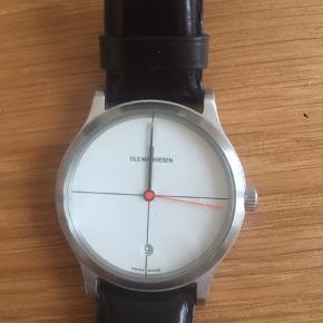 Rigtig fed Ole Mathiesen ur som man ikke kan købe mere. Uret skal have nyt batteri, men ellers et rigtig fed ur. Tror nyprisen var 6000-7000kr,