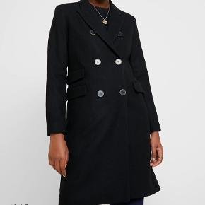 Smuk og klassisk sort farvet dobbeltradet frakke str 40.  Perfekt overgangsfrakke med smuk pasform. Brugt max 5 gange!   Materiale: 60% uld, 35% polyester, 5% øvrige fibre For: 100% polyester