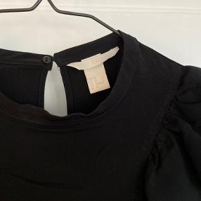 Skjorte med flæser fra H&M str. 40/M