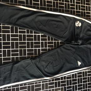 2 par adidasbukser 11-12 år. Et par sort/hvid og et par real Madrid mørk petrolium/hvid.  Sælges samlet til 350 kr. (200 stk.)