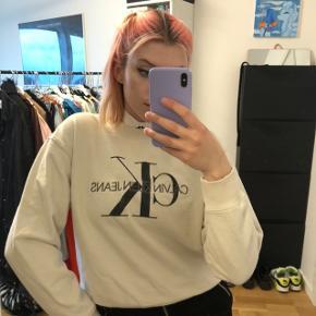 Fin Sweater fra Calvin Klein Jeans str. S  Vasket et par gange men ellers ingen skader (rød tuds prik i mærket i nakken)