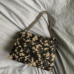 Overvejer at sælge min Gucci dionysus hvis rette bud kommer.  Virkelig smuk og speciel taske, nok den eneste i Danmark af den slags. Har købt den af en herinde, har et billede af kvitteringen som viser det samme serie nummer som der står i tasken, hvilket beviser den er ægte. Står 100% inde for ægteheden af tasken, det er også meget tydeligt at se og mærke på kvaliteten af den, at den er ægte. Dustbag medfølger. Den har kostet ca. 20.000 fra ny af  Kom med realistiske bud