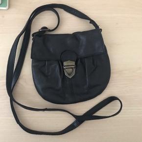 Fed lille crossbody taske fra Pieces med en rustik spænde som lukning.   Tasken er lavet af læder og har ét rum samt en lille lynlåslomme i foret.   50kr