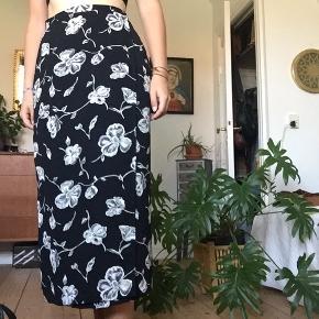 Vintage nederdel Passes af en str. Xs/S Ingen tegn op slid  Nederdelen lukkes med en knap i siden (se billede 3)  Kan afhentes i Odense M eller sendes med DAO. Bud er velkomne.